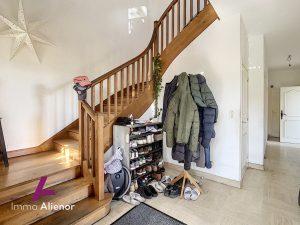 Maison 6 pièces de 190 m2 – Terrain de 904m2 – Garage 2 voit